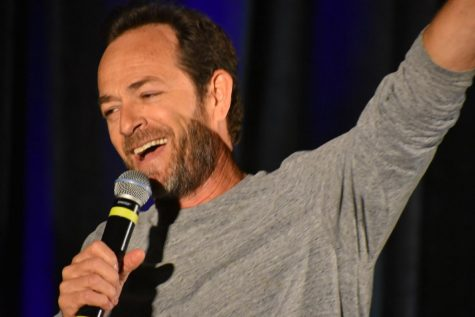 Luke Perry speaking to the audience at Riverdale: The Official Convention hosted by  Creation Entertainment in Rosemont, Illinois (2018)
